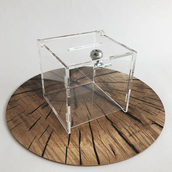 Box z plexiskla v tvare kocky